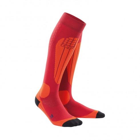 Die Ski Thermo Socks von CEP sorgen für angenehm warme Füße beim Skivergnügen. So sind die Strümpfe aus dickerem Kompressionsgestrick gefertigt, das neben der wärmenden Wirkung auch die Blutzirkulation im Bein aktiviert. Das Ergebnis sind leichte Beine auch nach einem langen Pistentag und ein wohliges Gefühl im Skistiefel. Zudem sorgt der angenehme Kompressionsdruck für eine Erhöhung der Koordination und eine Stabilisierung der Muskeln und Gelenke, was in einer Verletzungsvorbeugung resultiert. Die perfekte Passform und sinnvoll eingesetzte Protektoren verhelfen überdies zu einem tollen Tragegefühl in jedem Skistiefel.