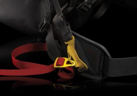 Einhändig bedienbares Beingurt-System sorgt für sicheren Halt des Airbags am Körper