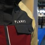Auffällige Logo-Platzierung, dafür ist PLANKS bekannt.