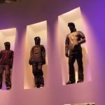 DIe Bewohner waren in äußerst stylischen PEAK-Kombis, in eher dunkel gehaltenen Farben, gekleidet. Das gefällt!