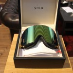 Wie eine teure Uhr kommt eine YNIQ Goggle zu Dir nach Hause.