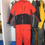 Oder auch dieses Outfit könnte uns gut stehen. Mit classic schwarz und rot nacht man nie etwas verkehrt!
