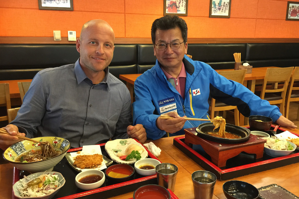 Dirk Scheumann beim gemeinsamen Abendessen mit dem koreanischen Agenten © Schneestern GmbH & Co. KG