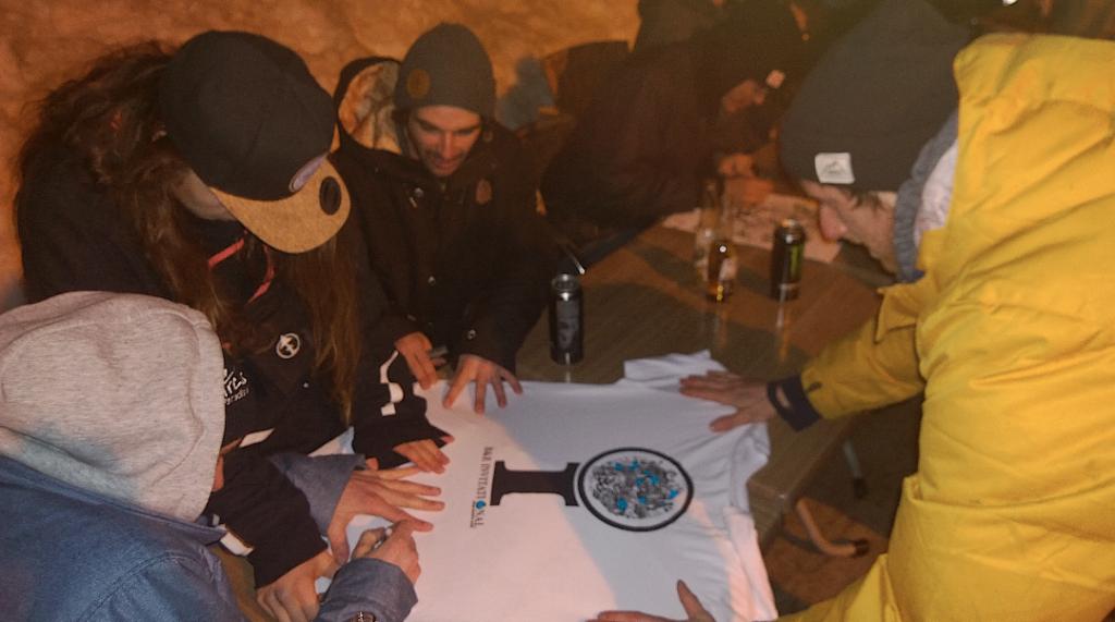 Das offizielle Shirt ließen sich viele Fans mit den Initialien der Rider veredeln.