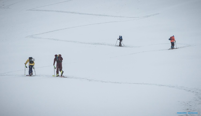 Earn your turns. Die Gruppe beim Aufstieg - Foto: Klau Listl
