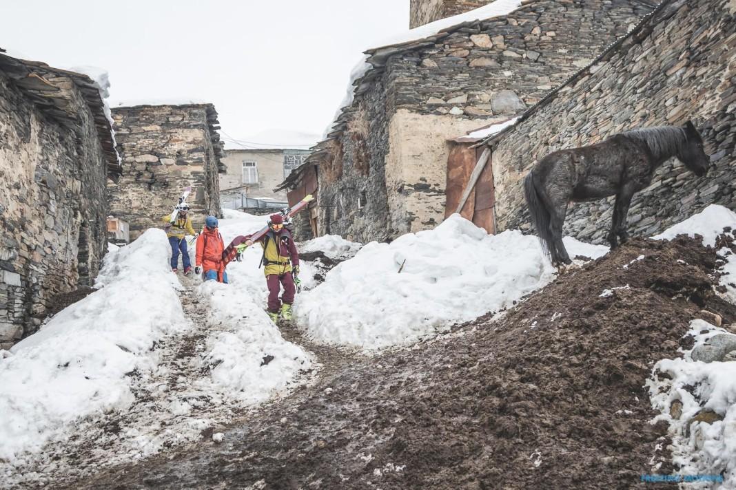 Auf dem Weg zum Run durchs Dorf. Vorbei an Pferden ... - Foto: Klaus Listl