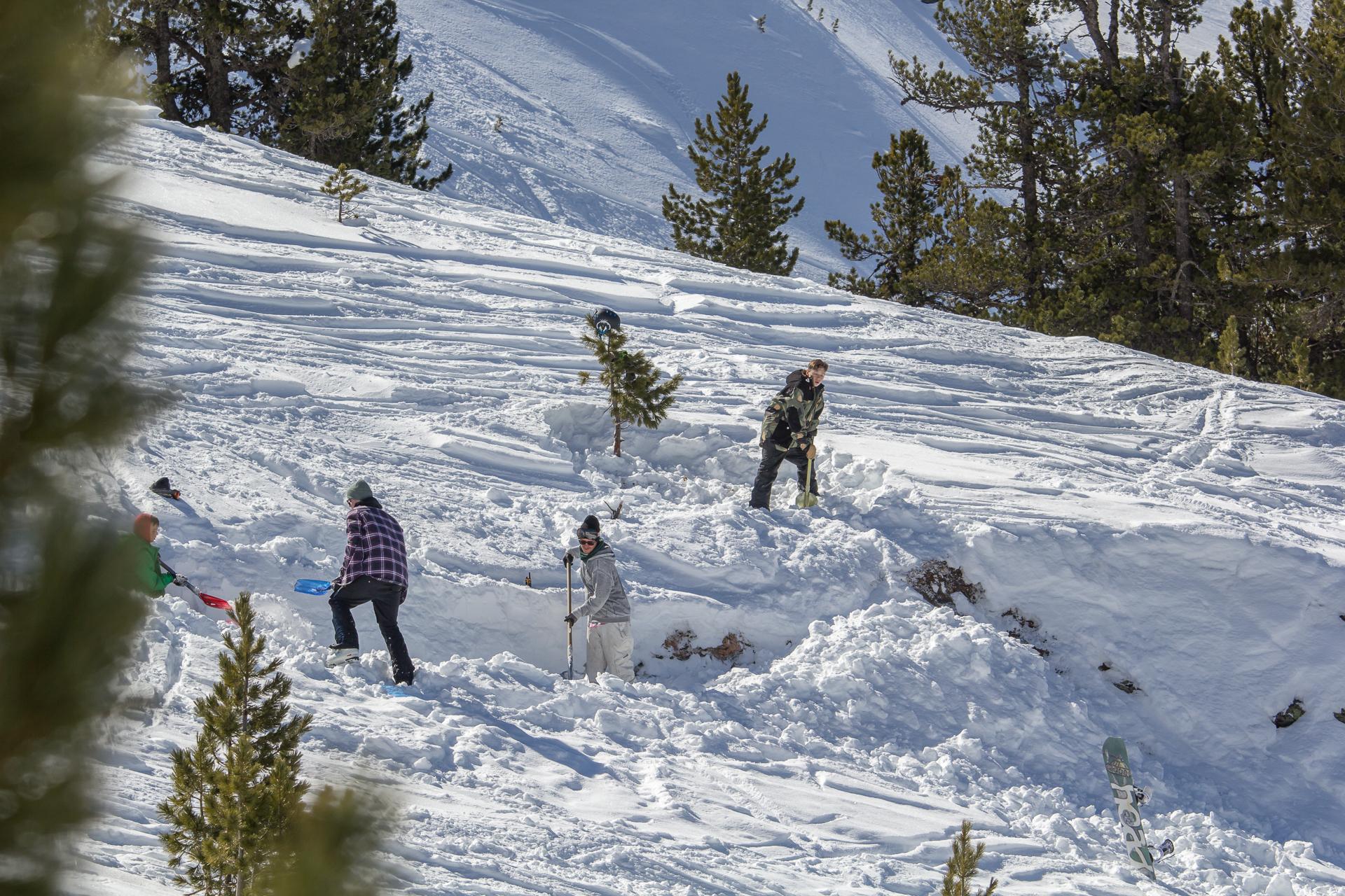 ... hatten die Jungs im Backcountry ihre Schaufeln in der Hand und zauberten Sidehits in den Schnee.