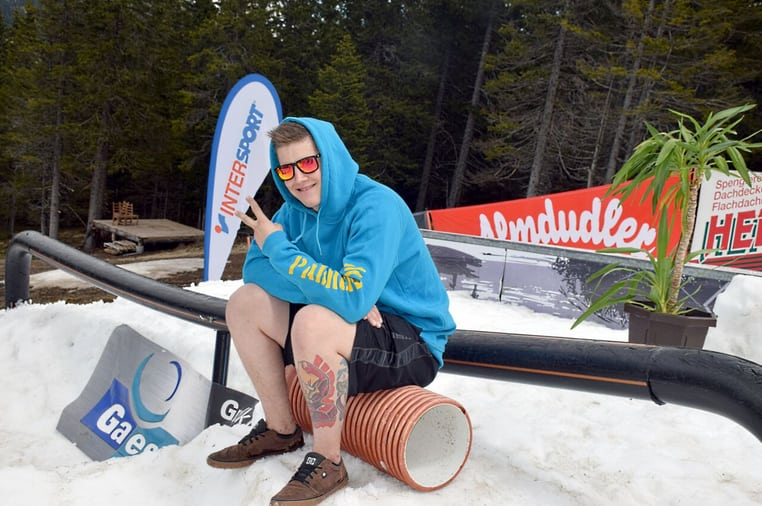 Peace out uMit Shorts im Park! (Source: neighborhood Snowpark)