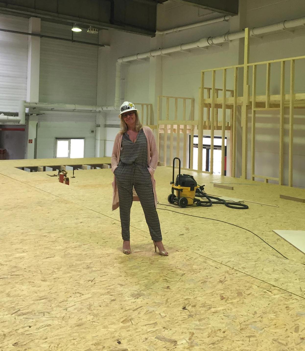 Sabine Schmalschläger auf der Baustelle ihres neuen Reiches