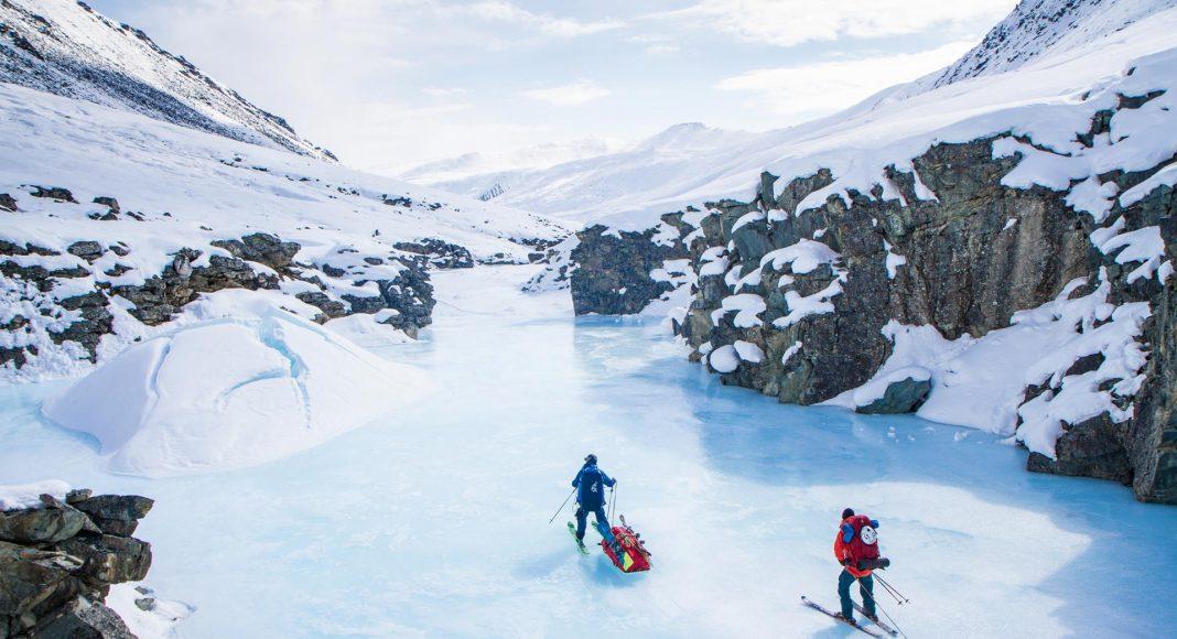 """Matthias Haunholder und Matthias Mayr sind nicht nur Skifahrer, sondern auch Abenteurer. In """"The White Maze"""" schaffen sie es als erste Skifahrer den Berg Gora Pobeda in Sibirien mit zwei Brettern zu befahren."""
