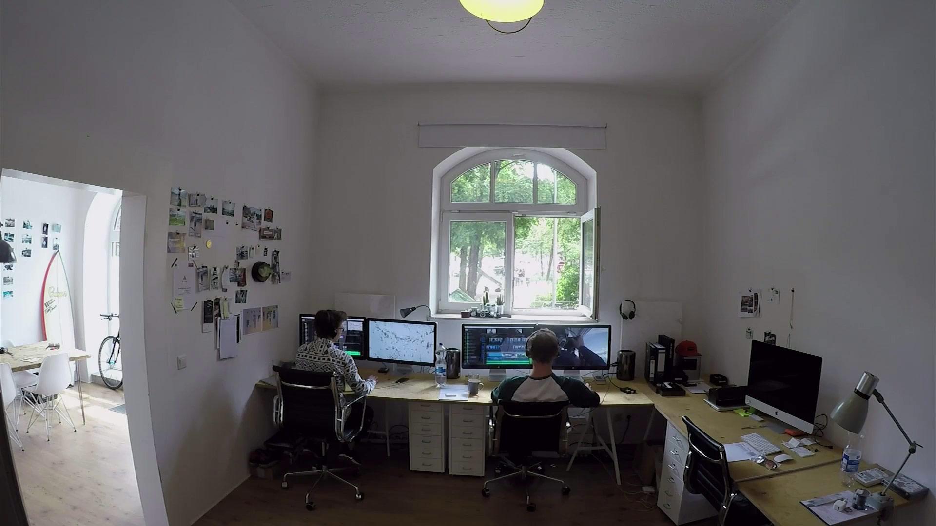 Auch als Profi-Freeskier muss man manchmal im Office sitzen und am PC arbeiten.