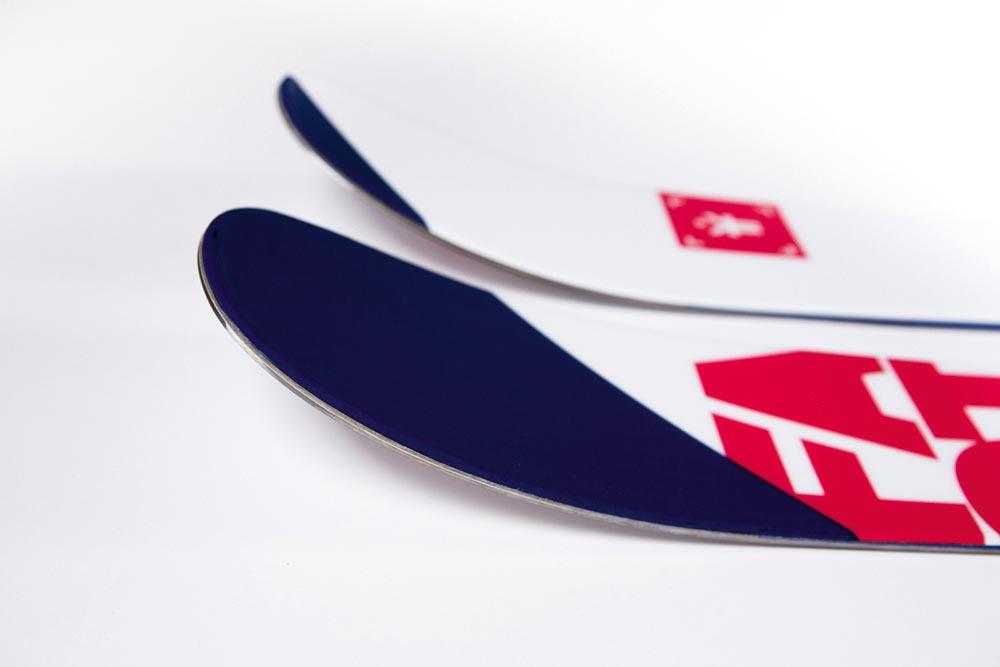 Symmetrischer Sidecut und ein traditioneller Camber machen den Candide 2.0 perfekt für zentriertes Mounting, wie es im Park gängig ist. Durch die Breite von 102 mm unter der Bindung und einem neuen Rocker in Tip und Tail wird der Ski abseits von Park und Piste zum flüssigen Powderski mit gutem Auftrieb.