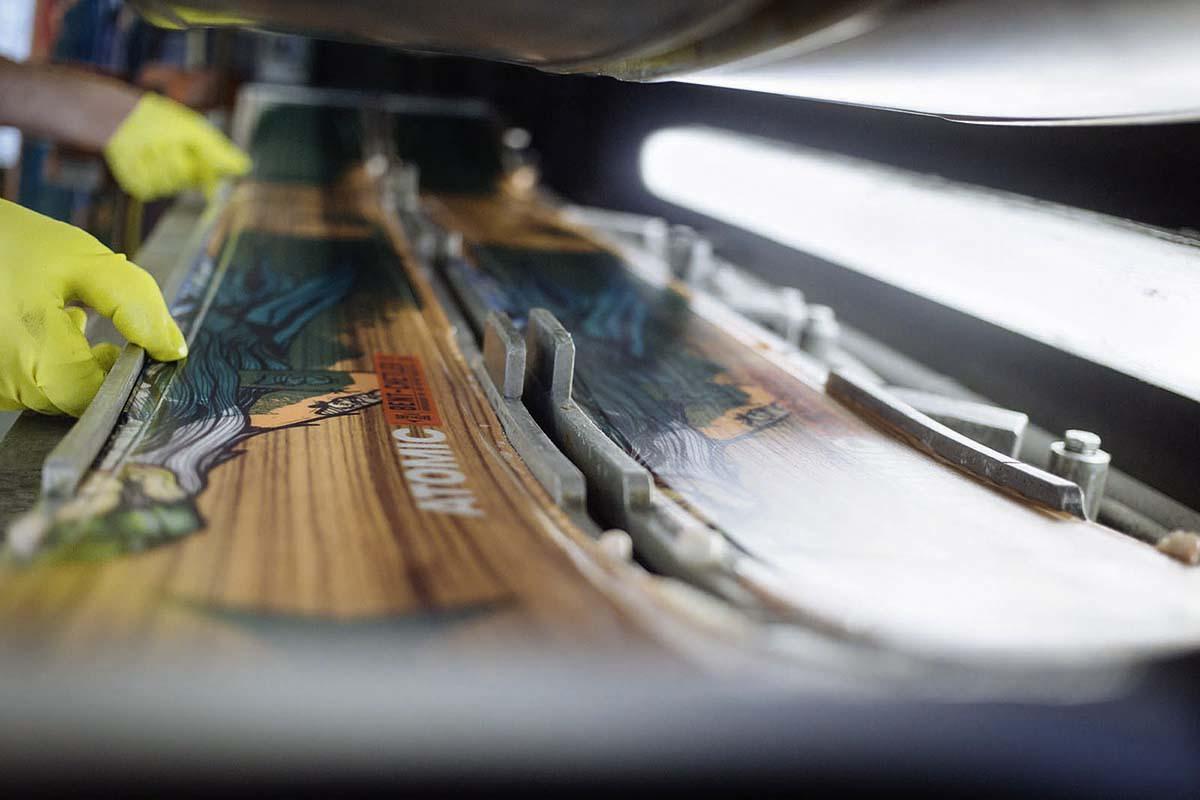 6 Fakten: Skiproduktion in Österreich - Das Einlegen der Komponenten in die Formen erfolgt nach wie vor per Handarbeit.