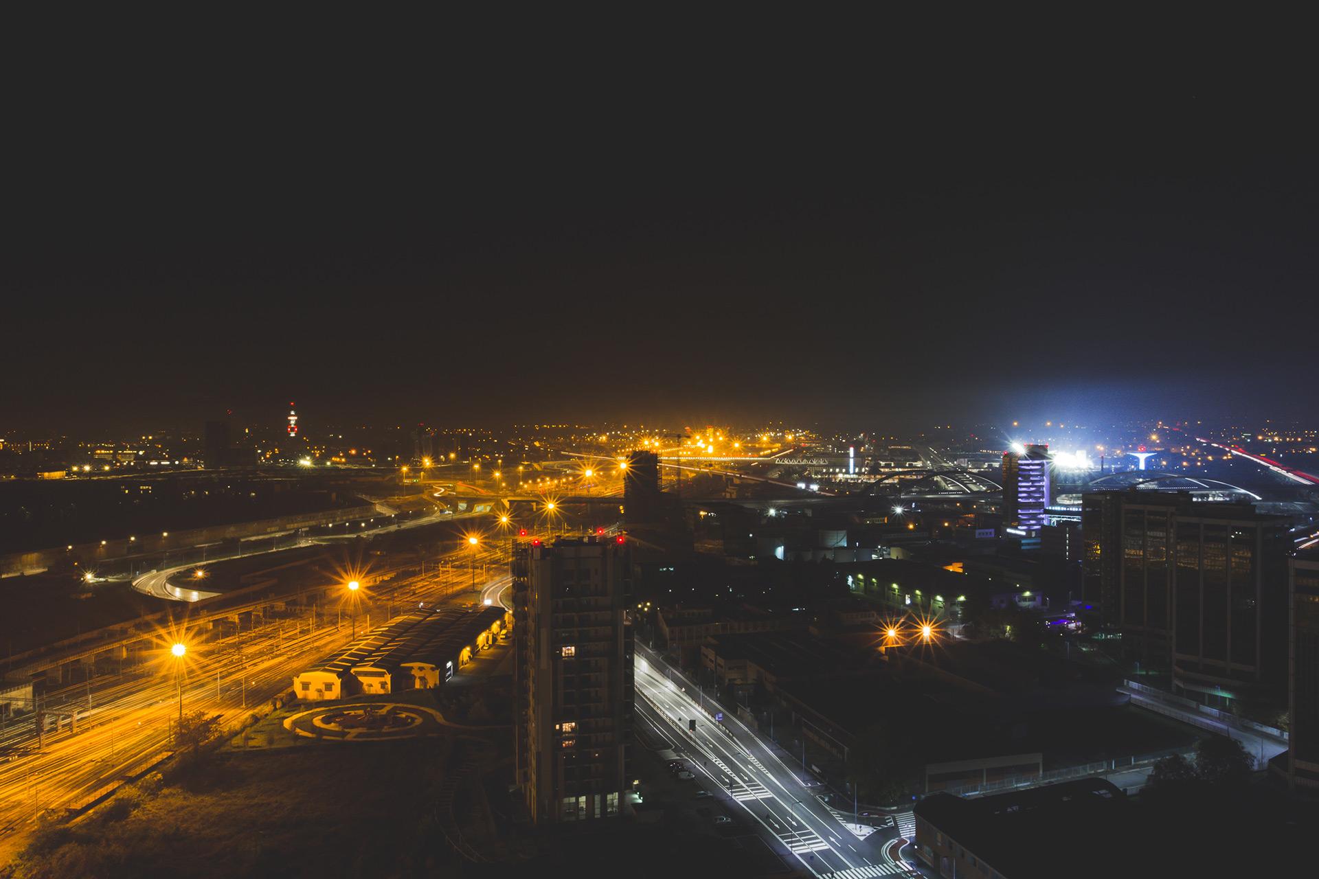 Vom 22. Stock im Riders Hotel hatte man eine feine Aussicht auf Mailand, das Expo Gelände und die beleuchtete Rampe.