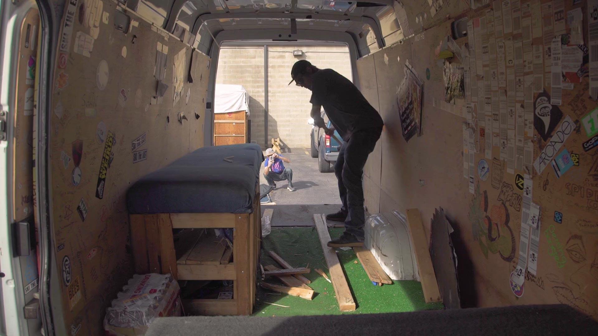 Will zerlegt die Inneneinrichtung. im Van, damit Platz für Obstacles vorhanden ist!