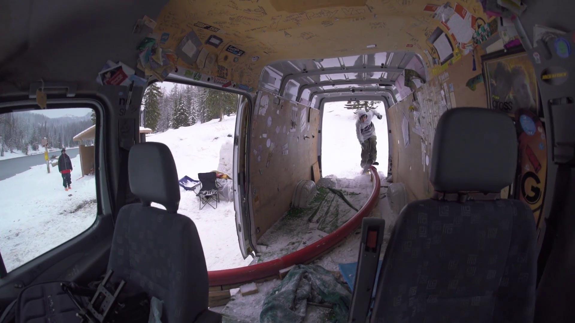 Dafür musste die Inneneinrichtung des Vans unter anderem weichen: Ein Tube durch den Kofferraum und an der Seitentür wieder nach draußen.