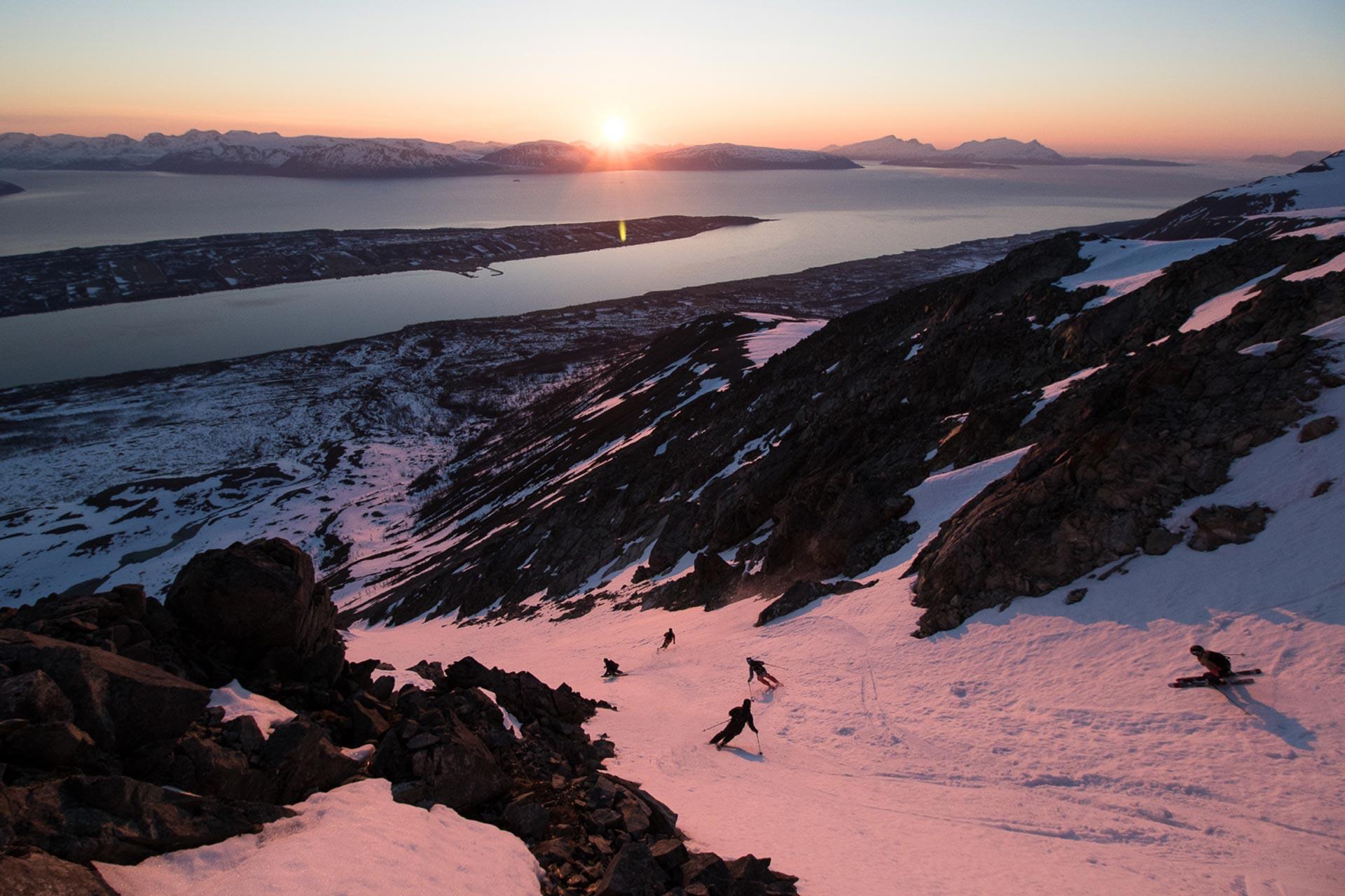Kitschig? Vielleicht, aber geiler geht's trotzdem kaum! Sunset Crew Shred in Norwegen (Lofoten) - Foto: Hans-Martin Kudlinski