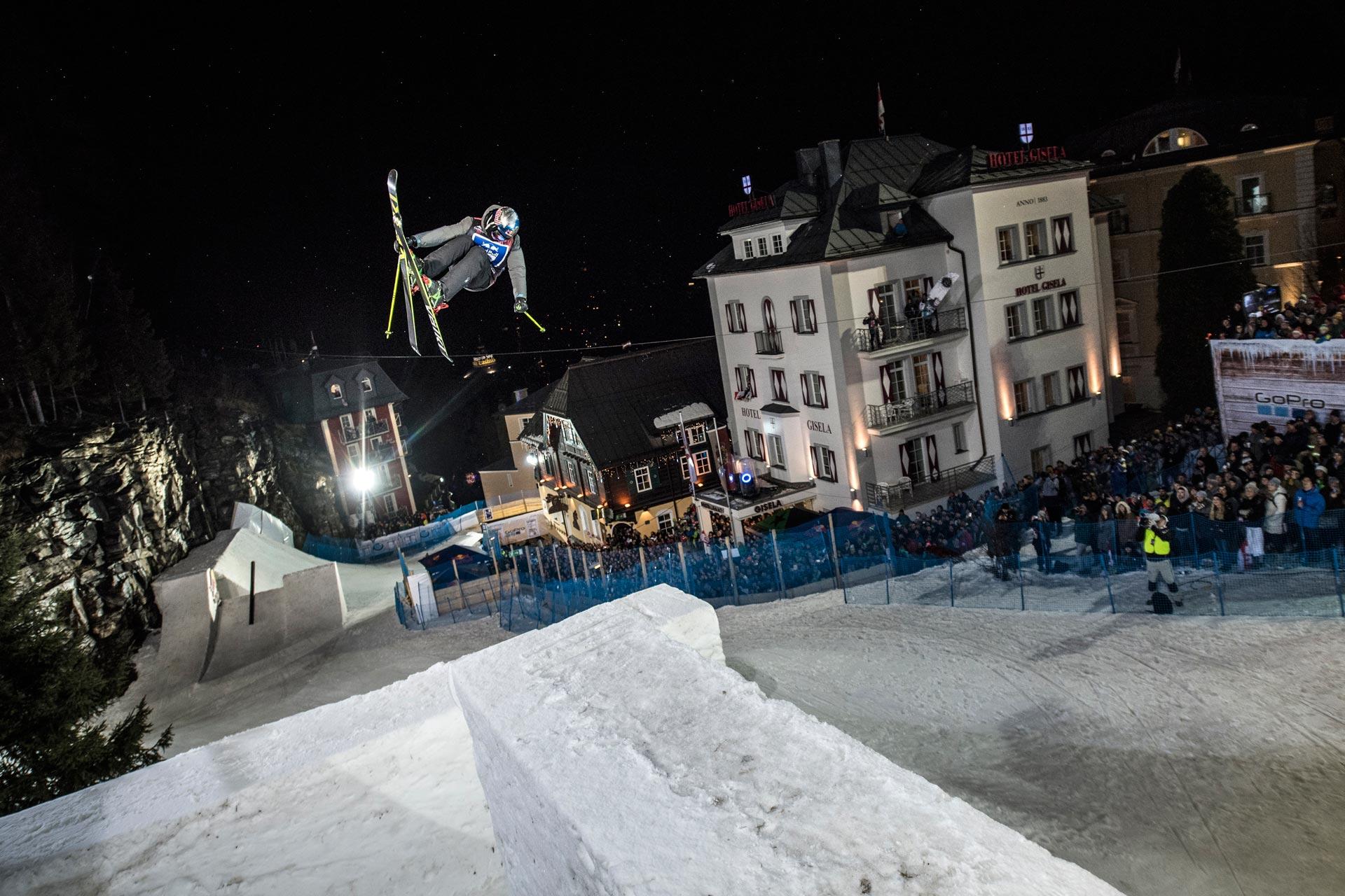 Für den einzigartigen Kurs wurden 800 LKW Ladungen Schnee nach Bad Gastein gebracht. Schneestern baute daraus diverse anspruchsvolle Features, mit denen das internationale Fahrerfeld hart zu kämpfen hatte. - Rider: Russ Henshaw - Foto: Red Bull Content Pool