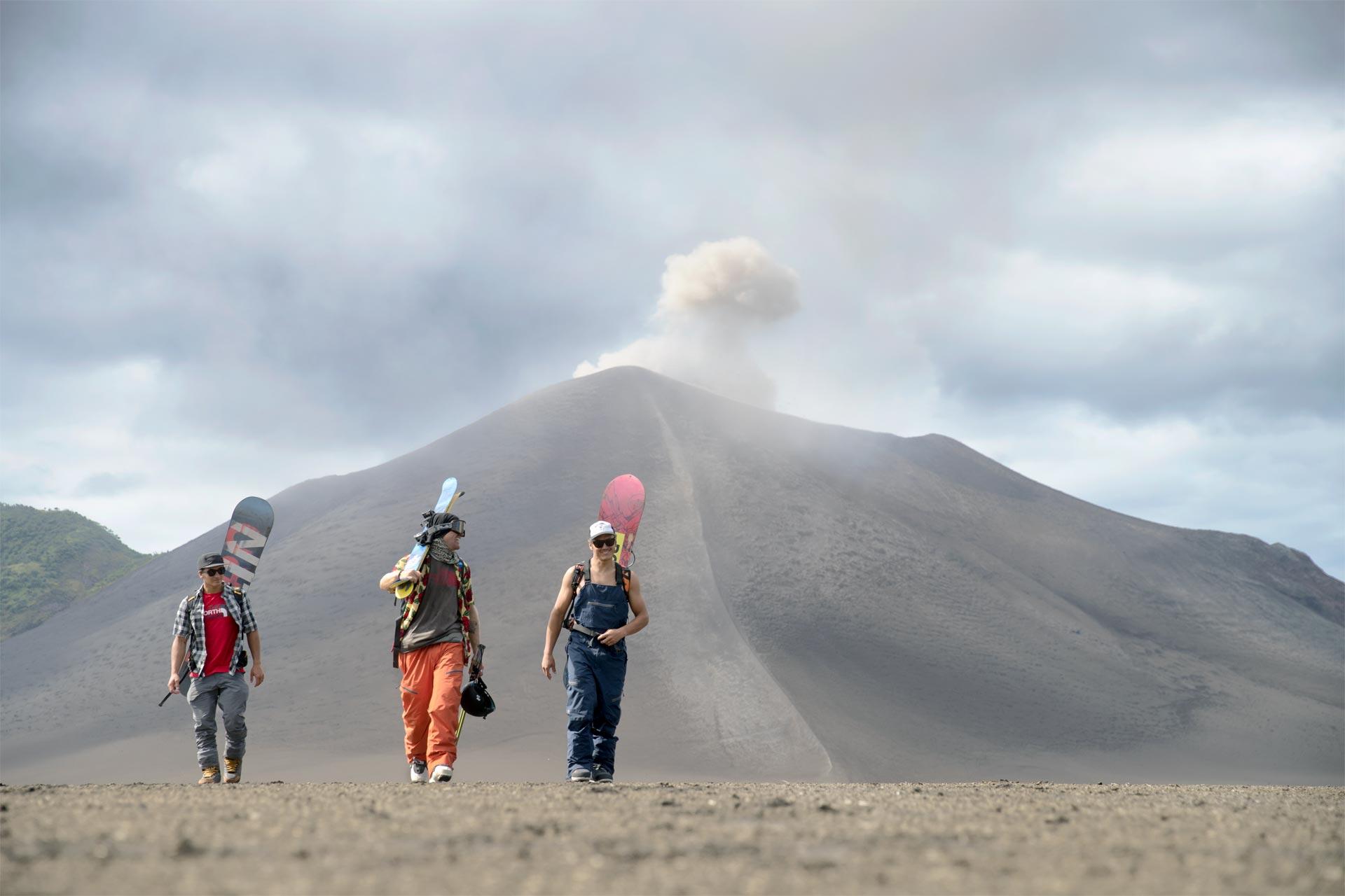 Die drei Rider vor dem beeindruckendem Vulkan - Foto: Collab Creative / The North Face