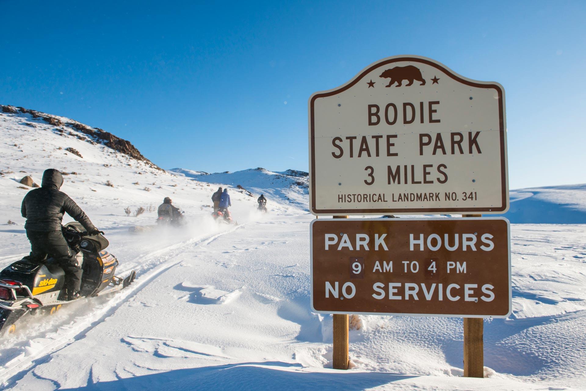 Gute 20 Kilometer musste das gesamte Team insgesamt bis zu der Geisterstadt auf Schneemobilen zurücklegen - Foto: Red Bull Content Pool