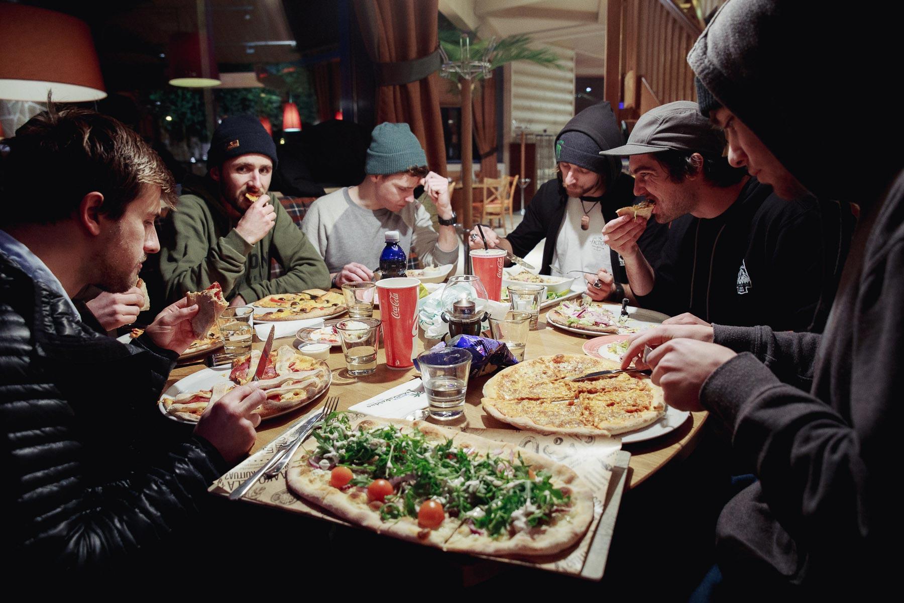 Wer sich die ganze Nacht in den Straßen Finnlands rumtreibt, hat sich eine ordentliche Pizza verdient! - Foto: Faction Skis