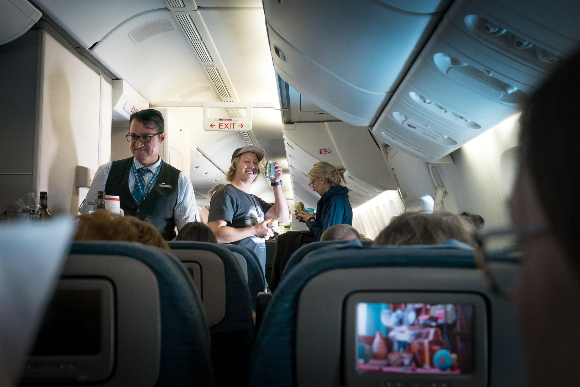 Sebi auf dem Hinflug von München nach LA: Vorfreude und Bier!