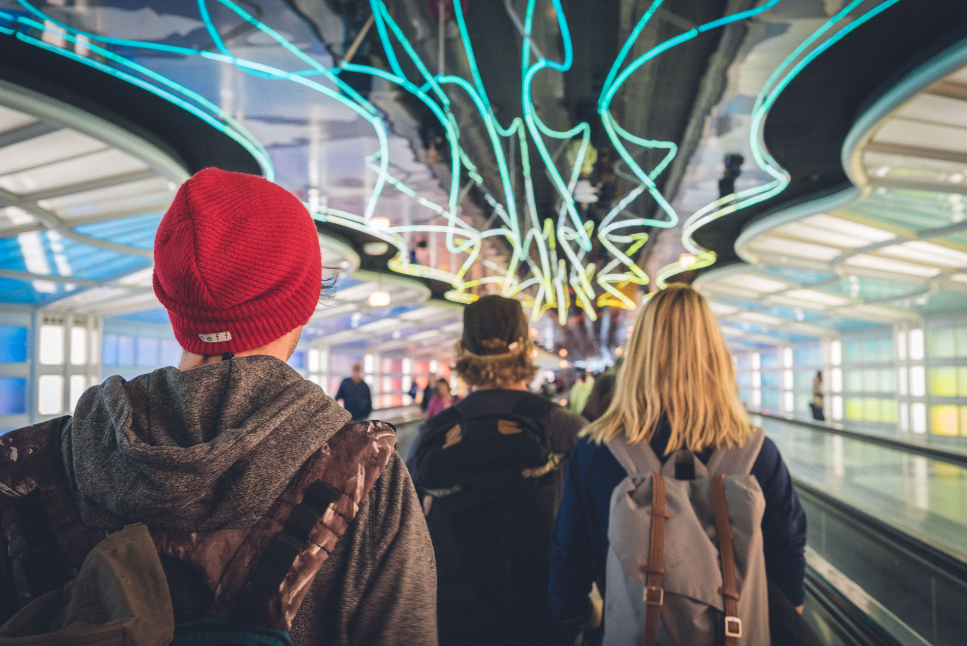 Umsteigen in Chicago. Der Flughafen ist, wie alles andere in den USA ebenfalls, riesig und unnötigerweise mussten wir unser Gepäck beim Umsteigen selber zum nächsten Gate tragen. Kein Spaß mit Rucksack, Reisetasche und Skibag (vor allem wenn man wie ich die größten Taschen von allen hat)