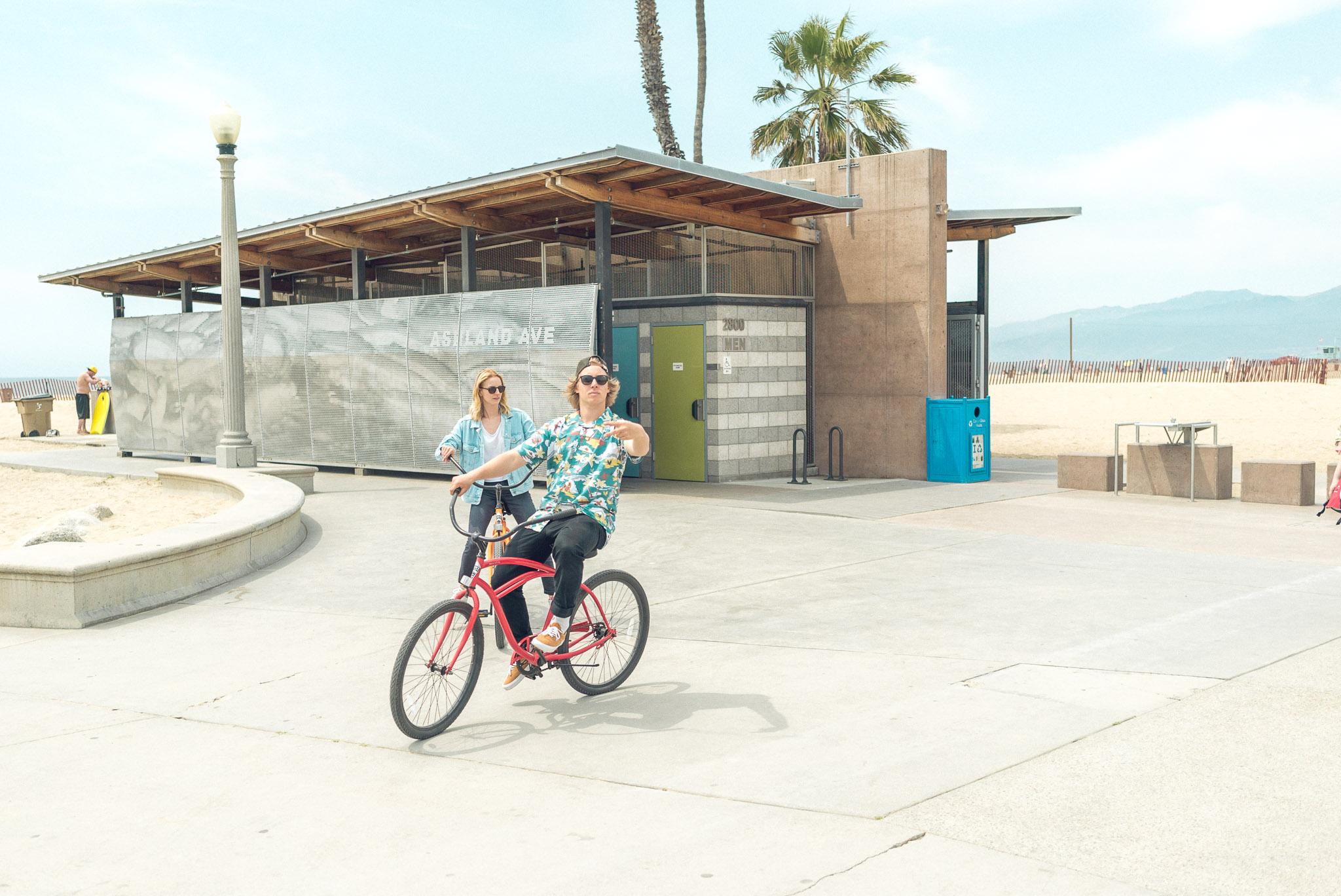 In LA ist alles ein bisschen größer, auch die Entfernungen zwischen den verschiedenen Touri Spots. Ein Fahrrad ist in dieser Stadt ein gutes und beliebtes Fortbewegungsmittel. Im Bild: Sebi und Nicki