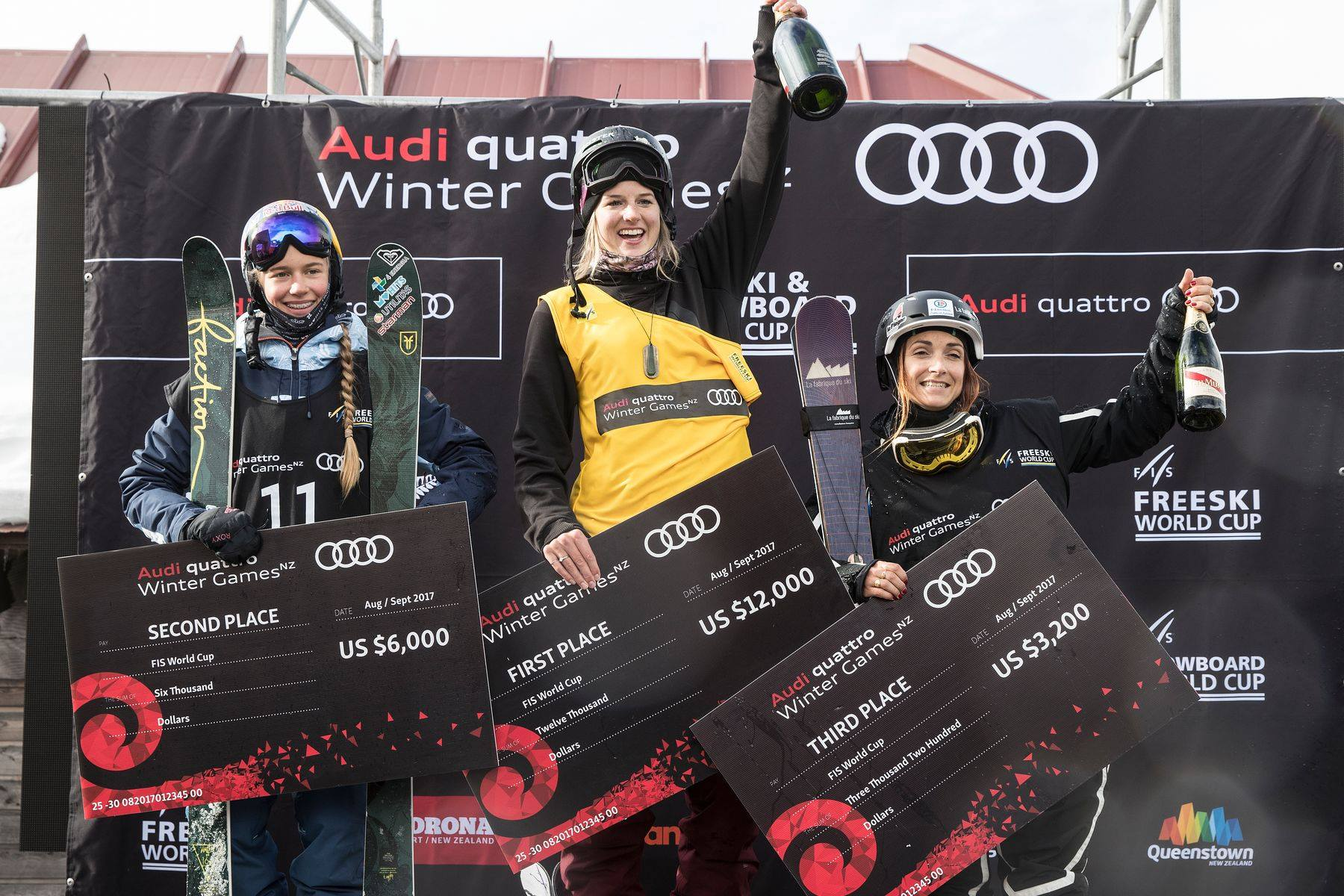 Die Top 3 Männer beim ersten FIS Halfpipe Contest der Saison 17/18: Kelly Sildaru (EST), Cassie Sharpe (CAN), Marie Martinod (FRA) (v.l.n.r.) - Foto: FIS Freestyle / Neil Kerr / Winter Games NZ
