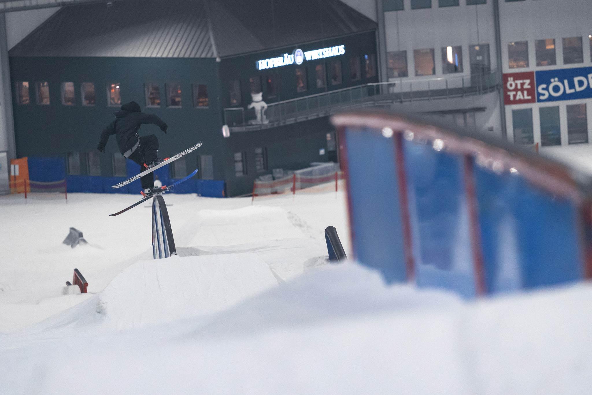 Torge Nagel, Park Manager des Snowpark Bispingen, kümmerte sich nicht nur um den Park, die Pflege, Events und viele weitere organisatorische Aufgaben. Der K2 Fahrer stellte seine Tricks auch regelmäßig vor der Kamera zur Schau - Frontslide am Rainbow Rail