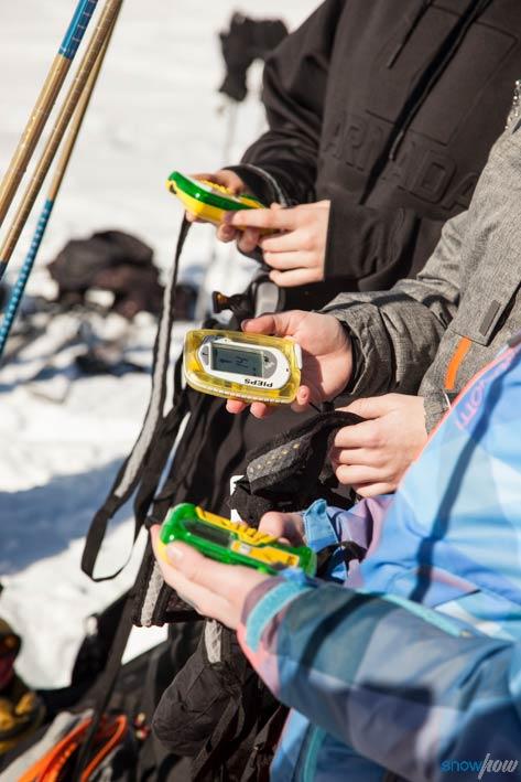 Den Umgang mit einem LVS Gerät muss jeder Freerider beherrschen. Diesen können interessierte Skifahrer zusammen mit weiteren Grundlagen bei den kostenlosen Snowhow Workshops lernen. - Foto: Klaus Kranebitter