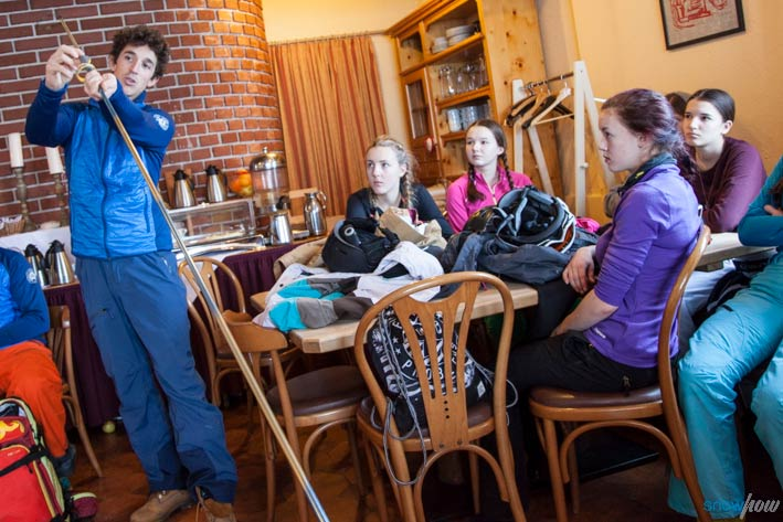 Die zweitätigen Snowhow Workshops beginnen mit einem Theorieteil, bevor es dann an den praktischen Teil des Kurses geht - Foto: Klaus Kranebitter