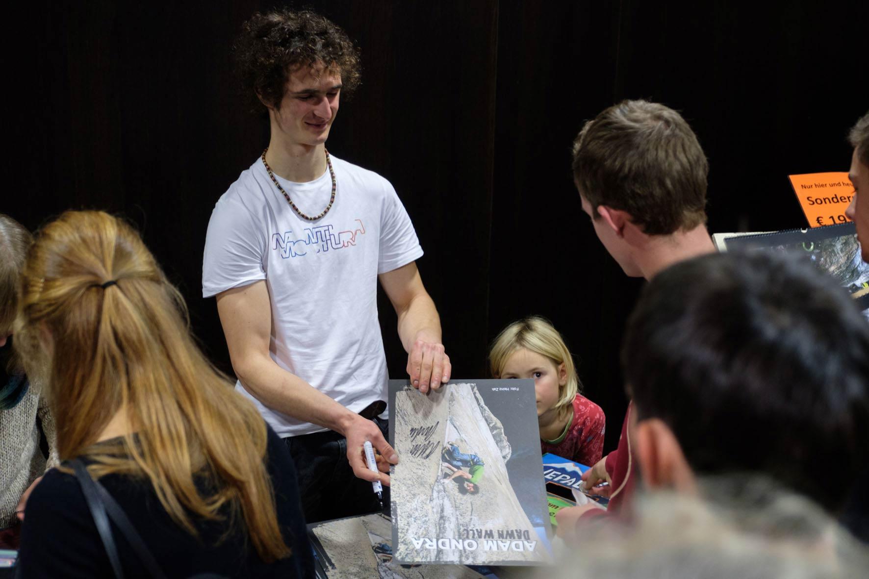 Das Tschechische Klettertalent Adam Ondra bei der Signing Session auf der Alpinmesse Innbruck 2017