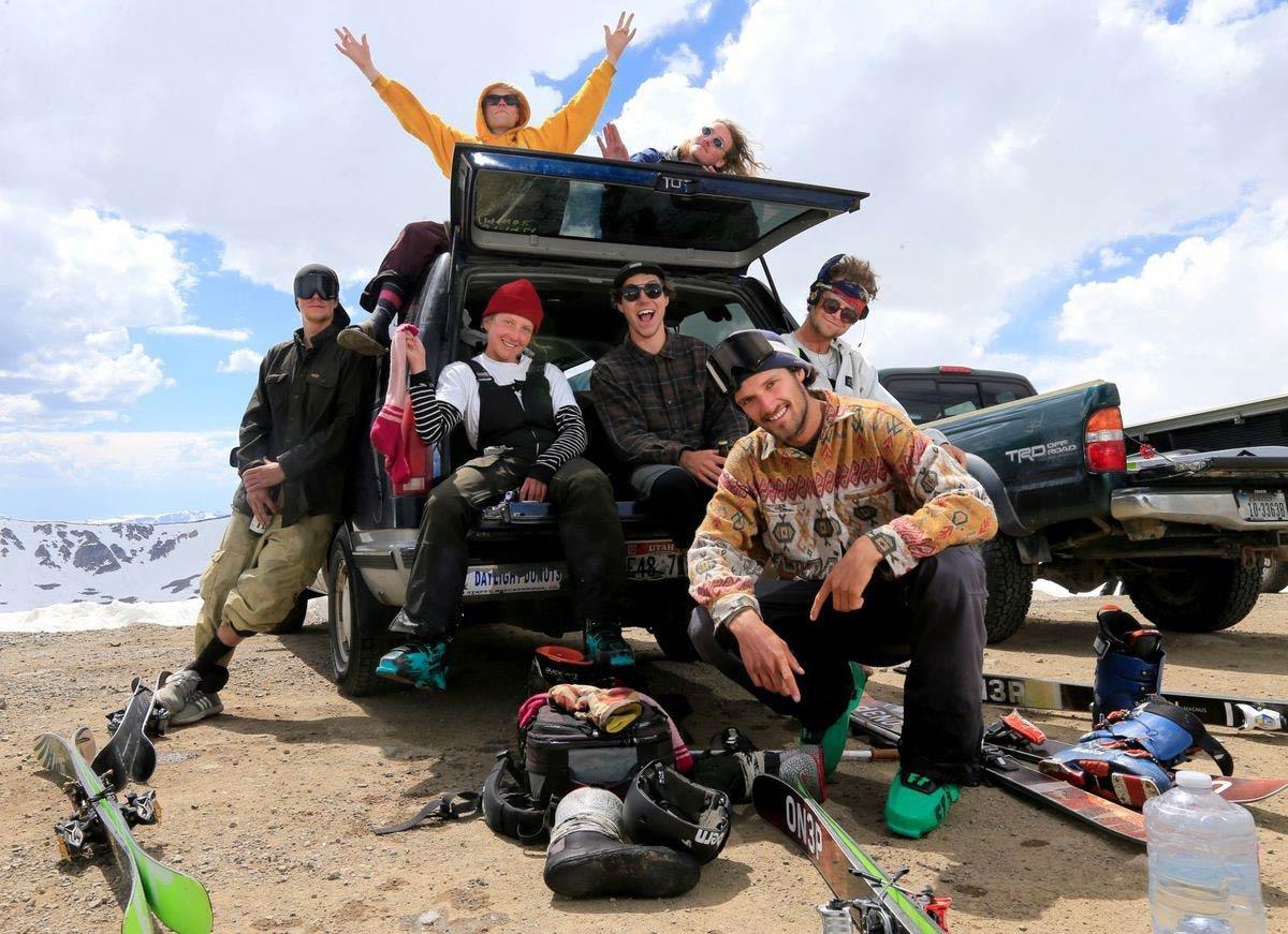 """Bei einem Ski-Trip durch die USA trifft man unweigerlich auch eine Vielzahl an (Semi-) Pro-Ridern: Hier sind Rosi und Lui (el.makrell) zusammen mit Jens Niller, Gustav Cavallin , Magnus Granér, Pär """"Peyben"""" Hägglund (The Bunch) und Gilbane am Beartooth Pass."""