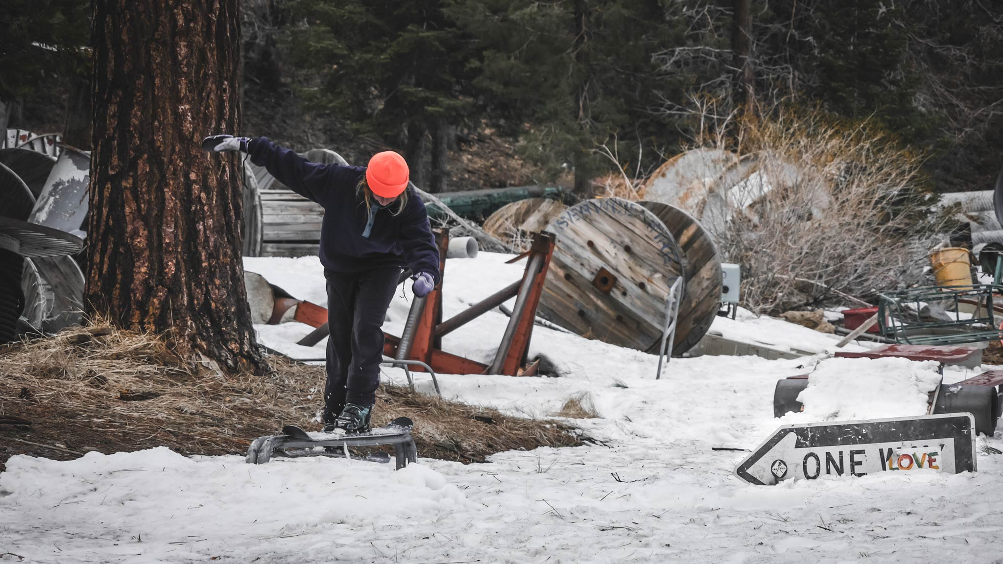 Perfekt zum Jibben: Ein Schrottplatz - Skier: Rosina Friedel