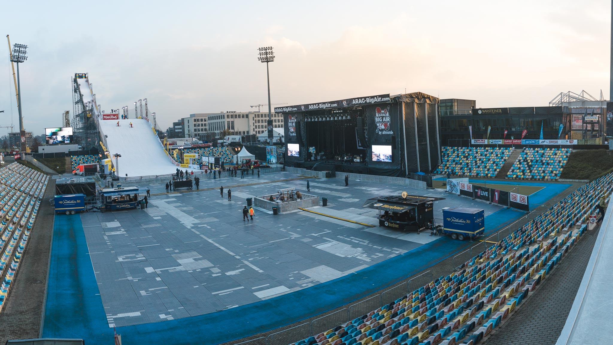 Das Big Air Freestyle Festival Mönchengladbach 2017 Gelände im Überblick. Die Rampe ist knapp 50 Meter hoch und 120 Meter lang.