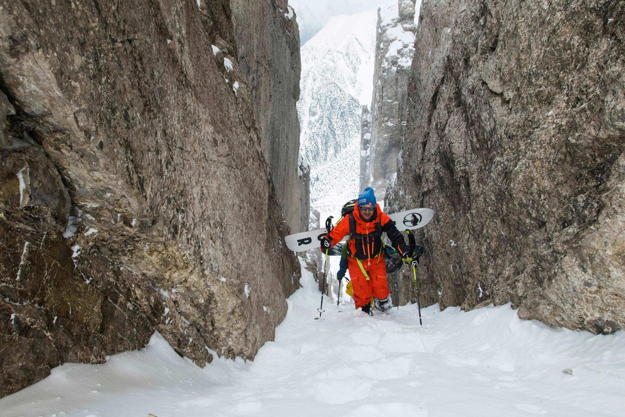 Alexander Hoffmann beim Aufstieg in einer schmalen Rinne - Bild: Jakob Schweighofer