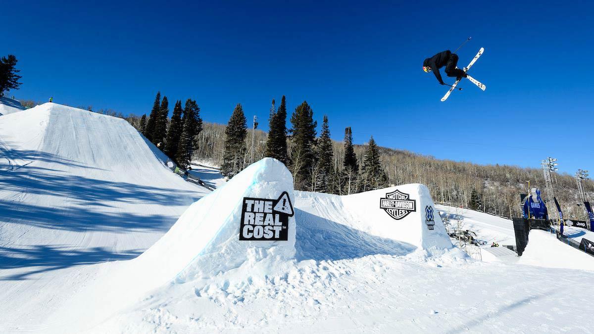 Der mittlere der insgesamt drei Jumps kann klassisch von vorne, oder von den Seiten gefahren werden. - Foto: facebook.com/xgames