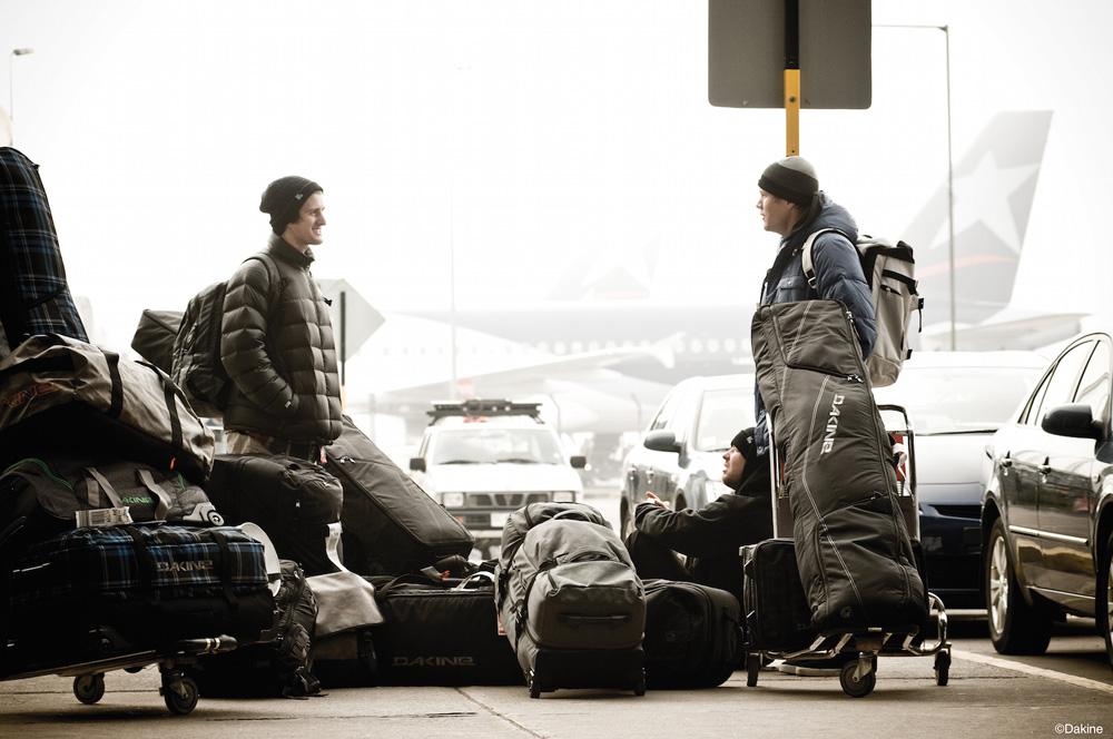 Reisen und Fliegen mit Skigepäck kann eine Herausforderung sein. Wir helfen euch mit sechs Tipps.