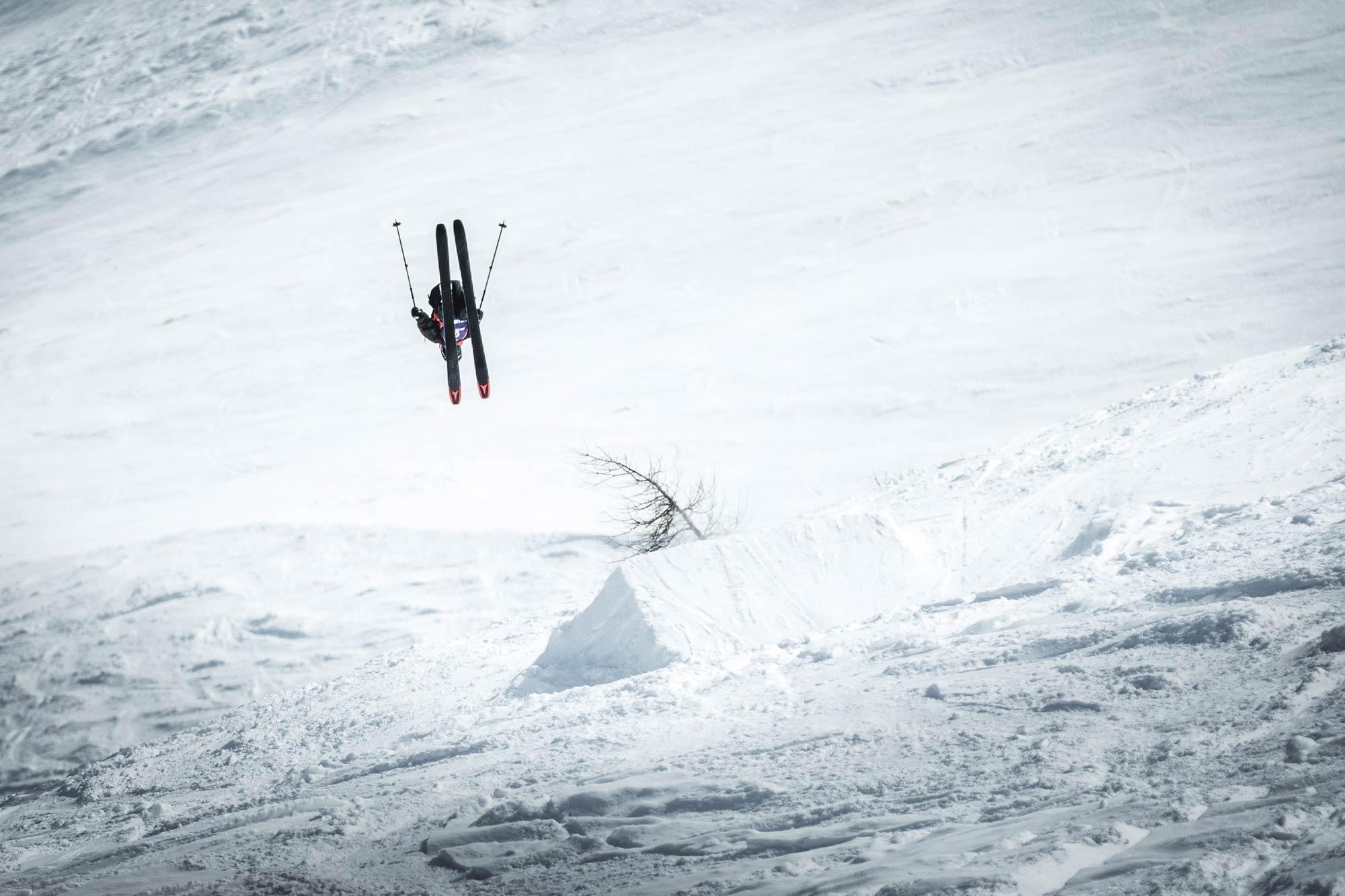 Ein Rider nutzt den extra für den Contest vorbereiteten Take-Off und zimmert einen Backflip in das Face. - Foto: Open Faces