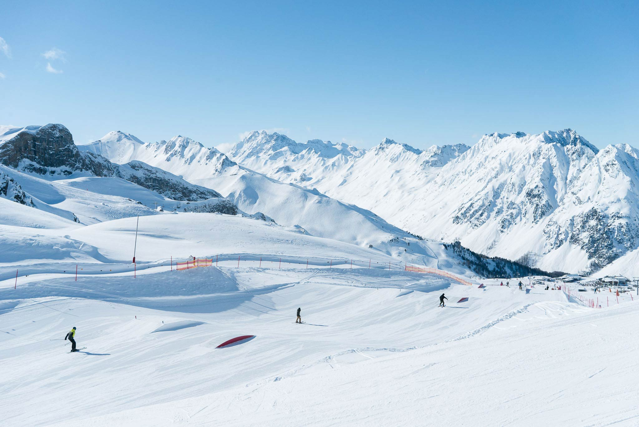 Die ersten Features im neuen Snowpark Ischgl von Schneestern: Ein paar (sehr) kleine Jumps, die wirklich jeder fahren kann, sowie Butter Boxen