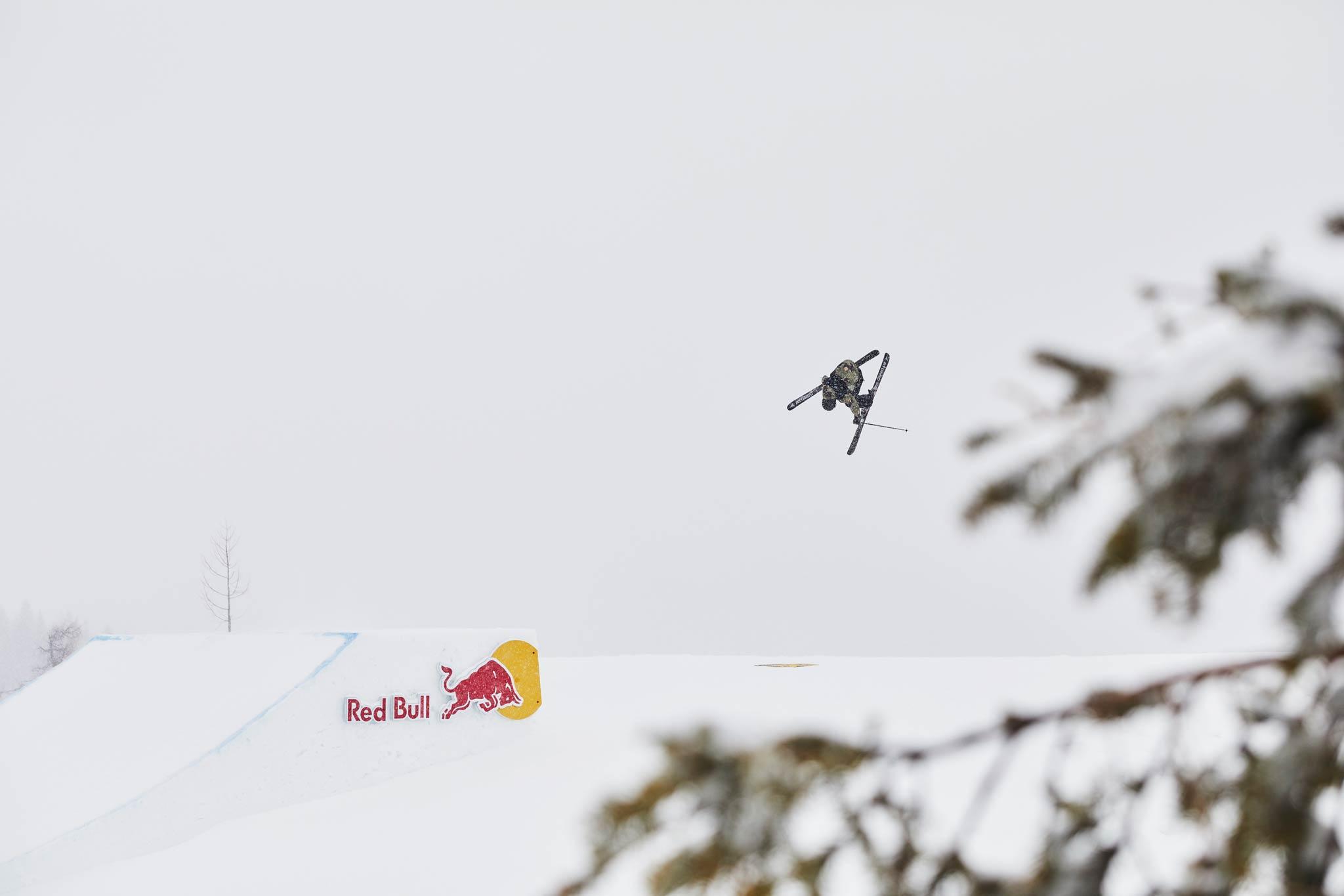 Zeigte bei den Freeski Men die beste Line im Absolut Park: Fabian Bösch aus der Schweiz - Foto: Sophie Kirchner