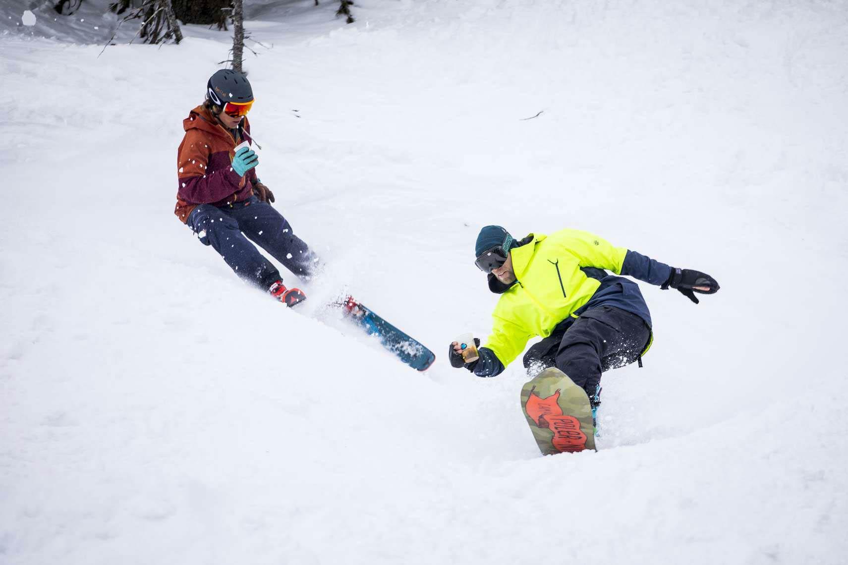 Egal ob mit Ski oder Snowboard, bei der Bier-Fun-Challenge musste der Becher möglichst mit dem Gerstensaft möglichst voll bleiben - Foto: Rudi Janda