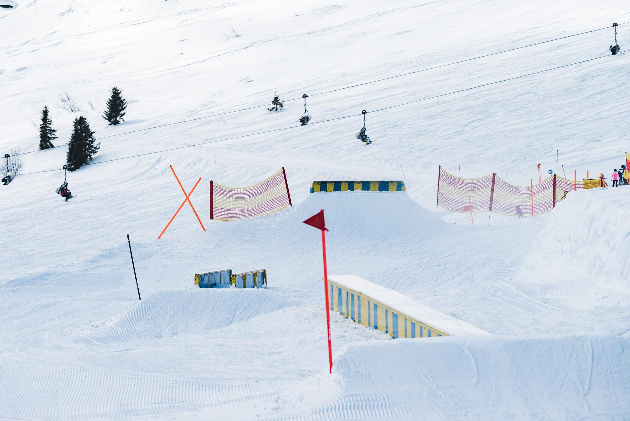 Im Vordergrund sind zwei der drei Features zu sehen, die kurz vor dem Dropin zur Kickerline aufgebaut wurde. Im Hintergrund sieht man die Jerry Trap.