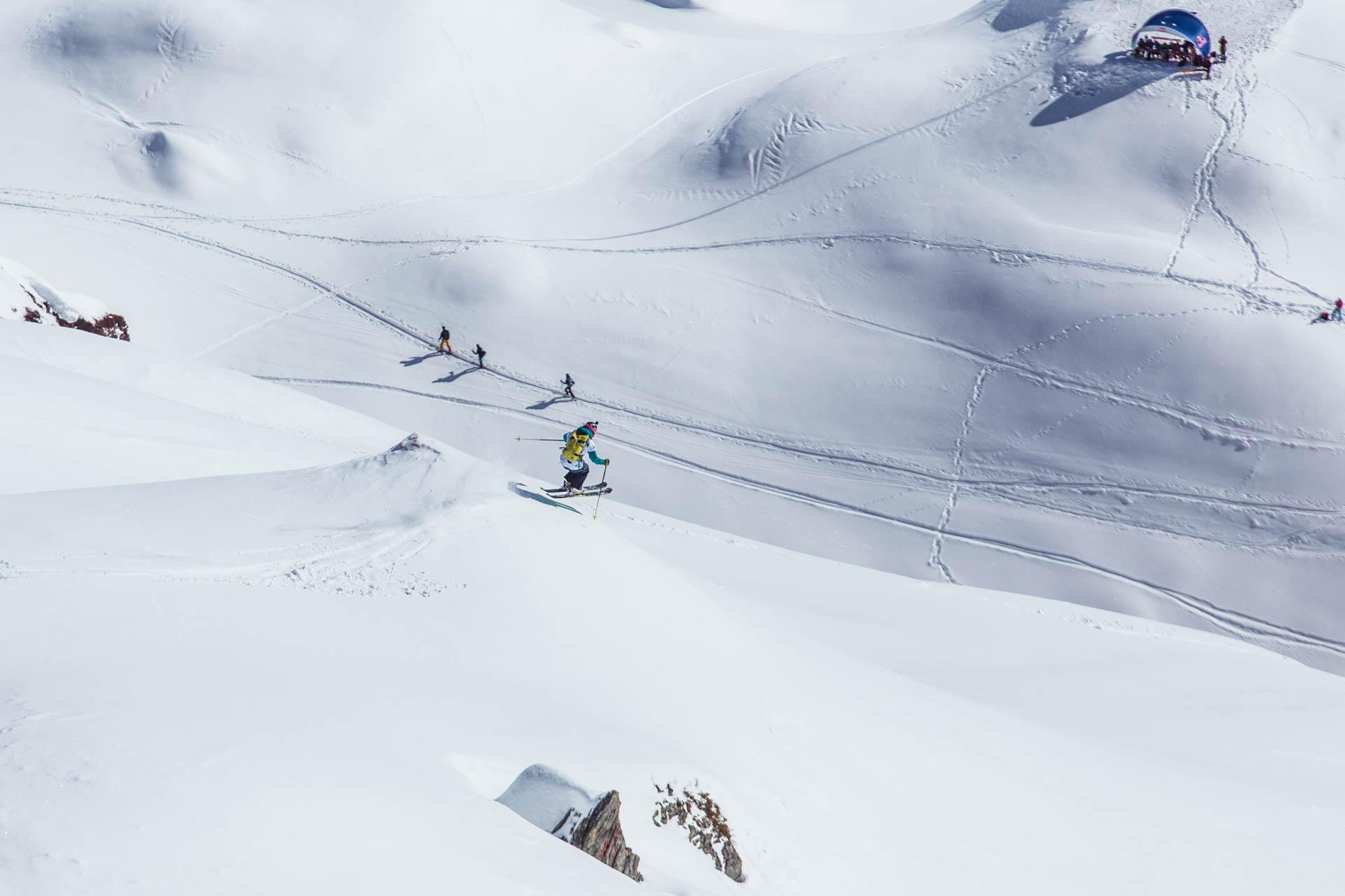 Bessere Bedingungen kann man sich für einen Freeride-Contest kaum wünschen. Im Bild: Die Bulgarin Elena Mitrengova, die sich den Sieg bei den Ski Damen sicherte - Foto: X Over / Artisual
