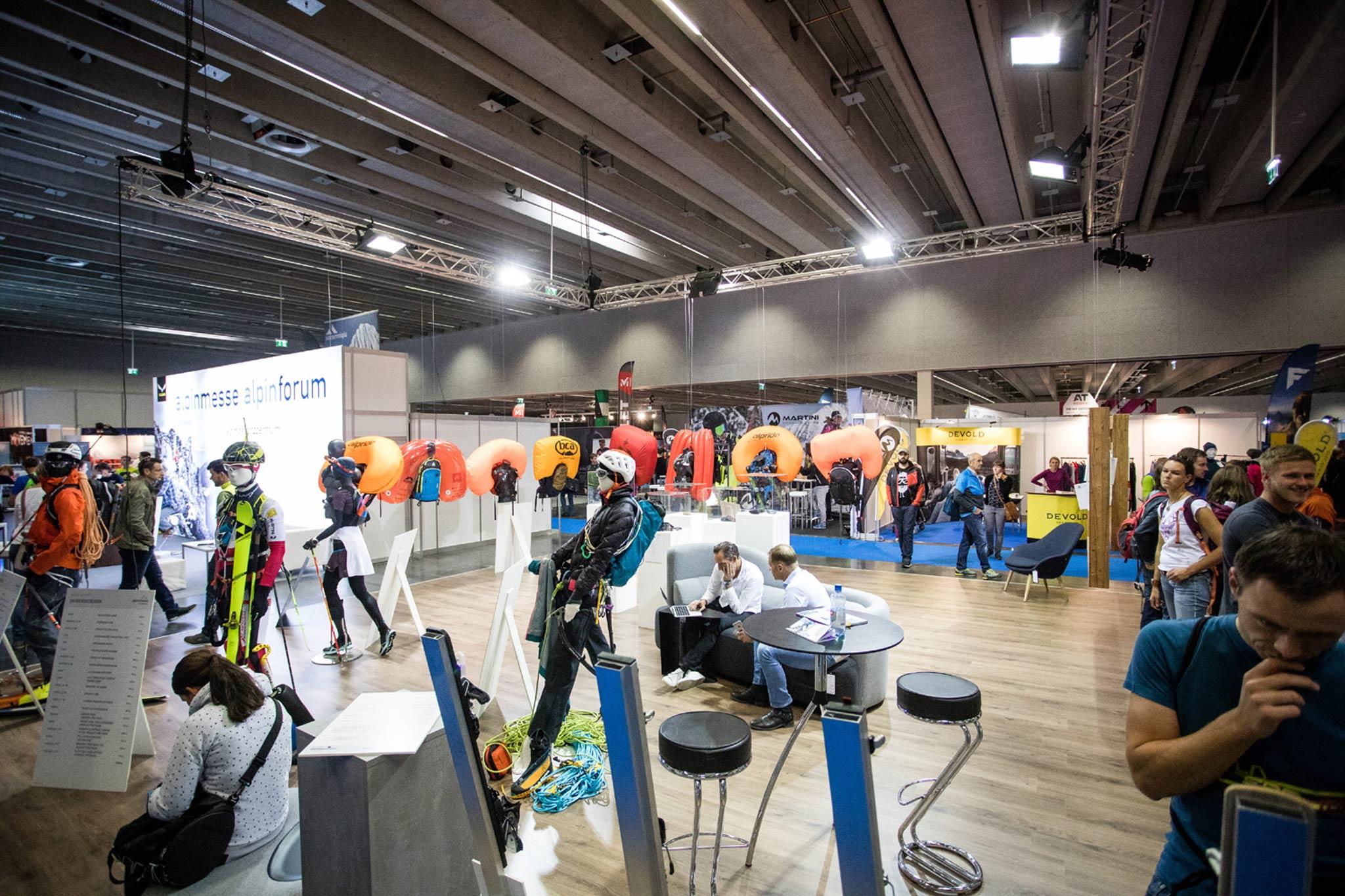 Lawinenairbags waren eins von insgesamt 5 Produkten, die bei der Alpinmesse zum direkten Vergleich für die Messebesucher mit detaillierten Informationen nebeneinander präsentiert wurden. - Foto: Simon Rainer