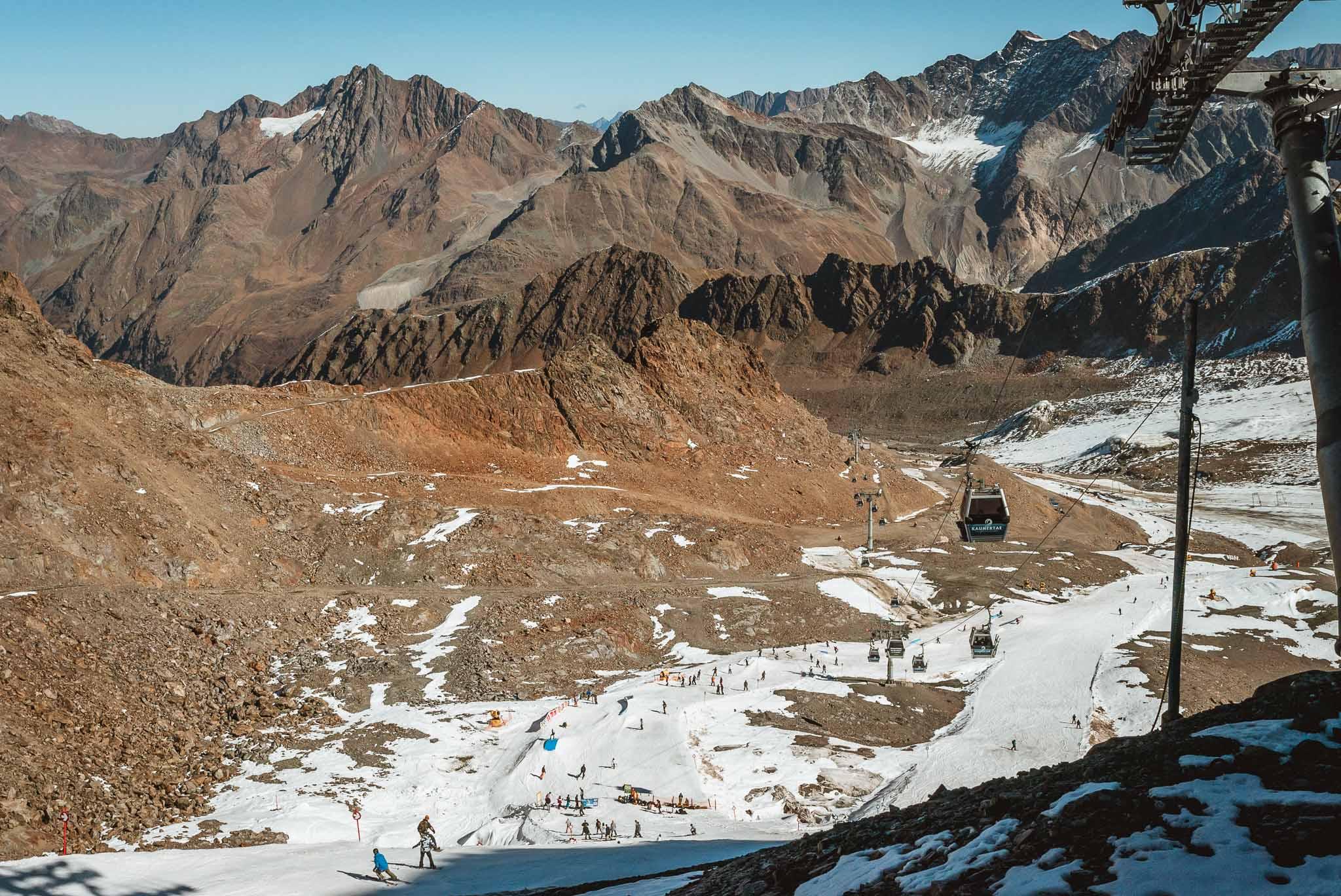 """Der Blick von der Bergstation auf den Start des neuen Parks aka """"Naturerun"""" auf dem Kaunertaler Gletscher"""