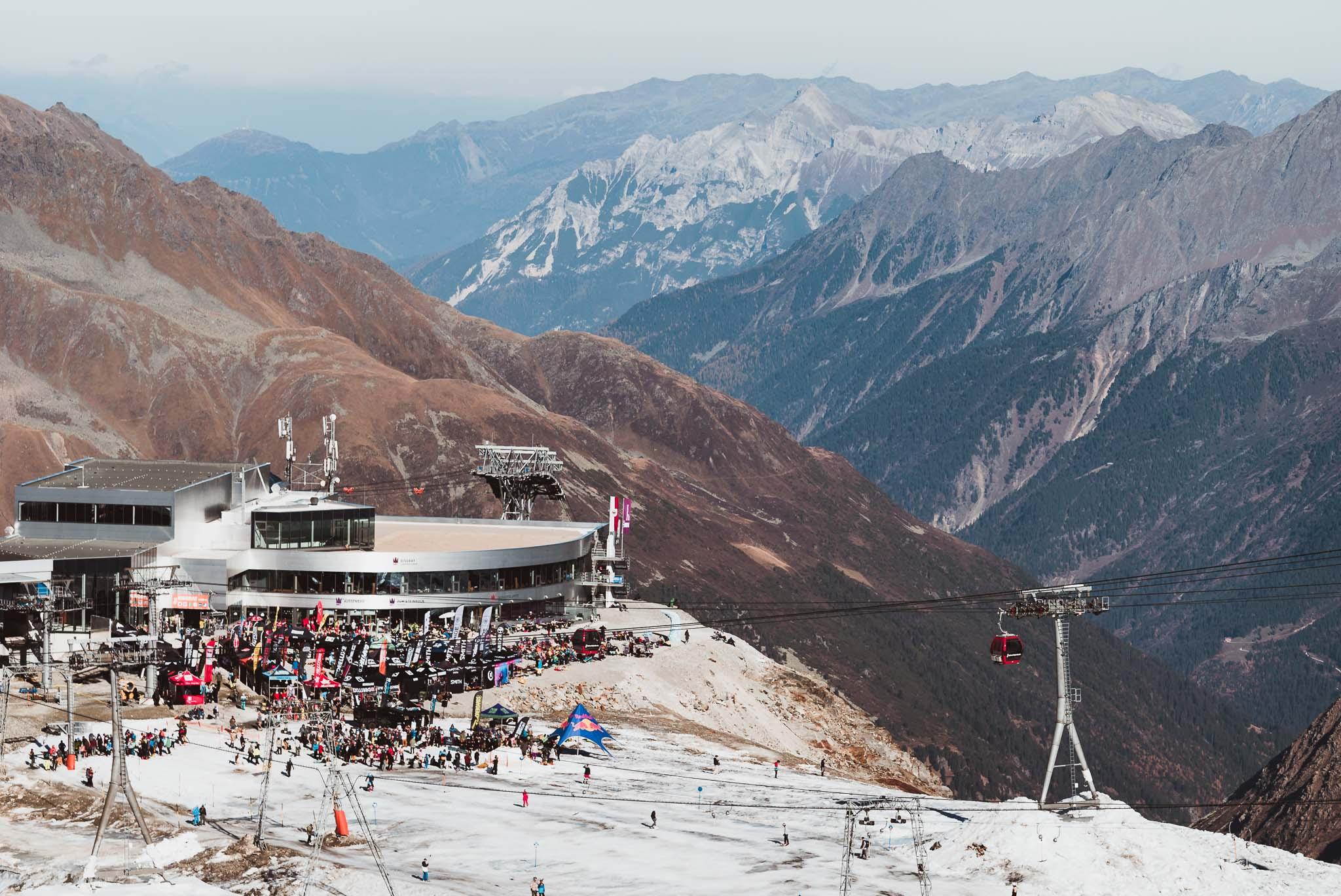 Der Blick vom Opening Park aus auf die Endstation der 3S Eisgratbahn sowie die Testival Area.