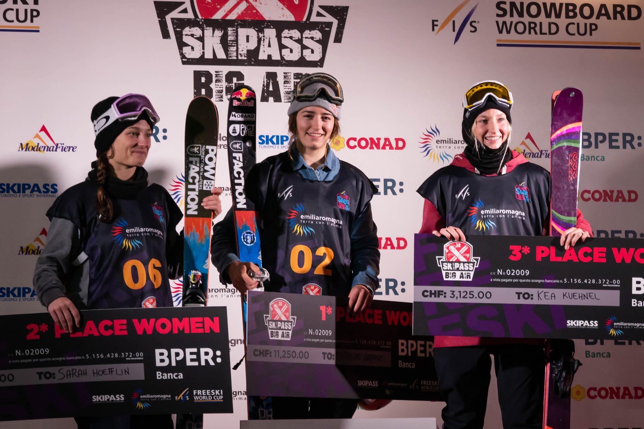 Das Podium der Frauen: Sara Hoefflin (SUI), Mathilde Gremaud (SUI) und Kea Kühnel (GER) (v.l.n.r.) - Foto: FIS Freestyle