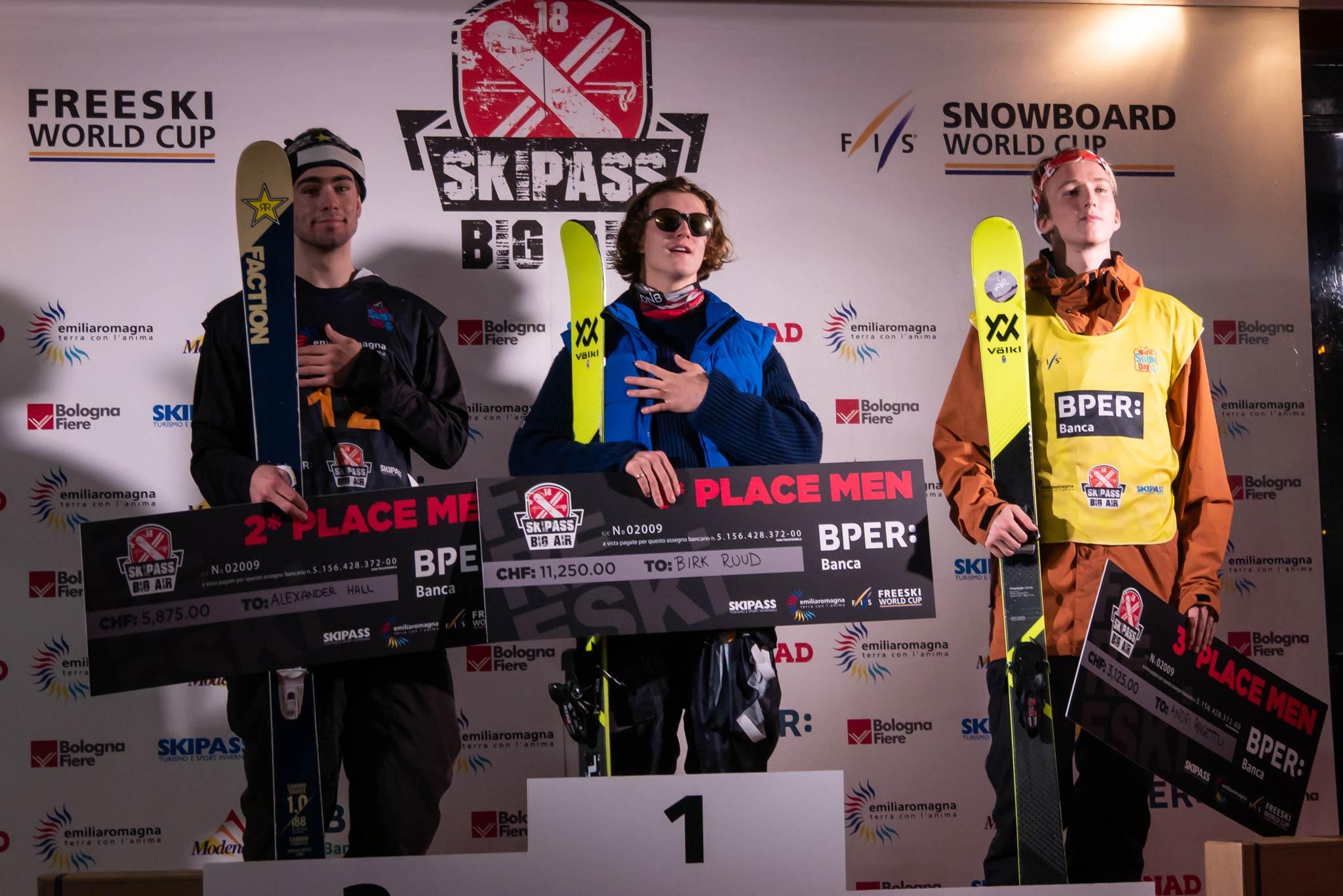 Das Podium der Männer: Alexander Hall (USA), Birk Ruud (NOR) und Andri Ragettli (SUI) (v.l.n.r.) - Foto: FIS Freestyle